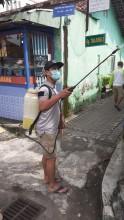 Penyemprotan  Disinfektan Oleh Warga  Di Kampung Muja Muju