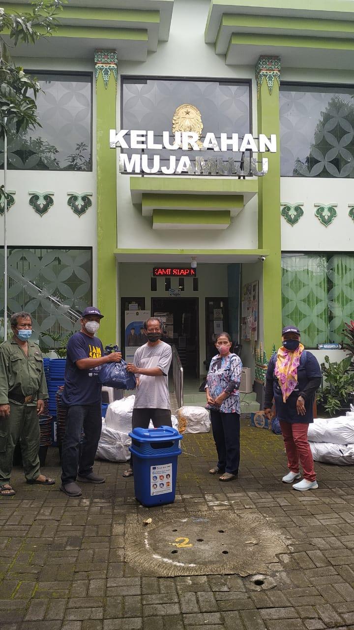 Penyerahan Bantuan Paket Perlengkapan Kebersihan